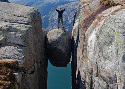 zdjecie,pelne,389554,20130610,kamien-kjerag-norwegia
